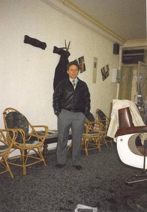 Dentro de la peluquería Arellano 1988