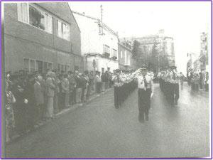 Desfile de la policia municipal año 1981. Fotografía cortesia de Alberto García