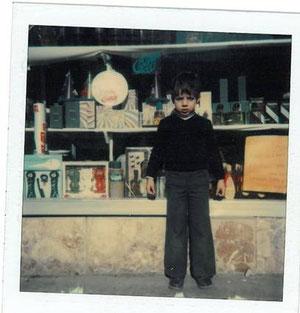 1981 en el escaparate de la droguería que actualmente es mundiboda