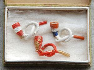 Doosje met miniatuur krulpijpjes, in vrolijke kleuren beschilderd