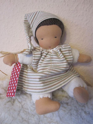 Und dieses kleine Bommelchen darf zu einem 1,5 jährigen Mädchen namens Enya reisen... Viel Freude, liebe Enya, mit Deinem neuen Püppchen!