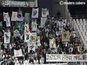 Los aficionados del Córdoba se solidarizan con MAG sacando una pancarta en su estado.