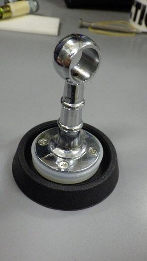 一つ目のユニット完成(ゴム製すべり止めが薄い場合は、突き出たネジをテープなどで埋める)