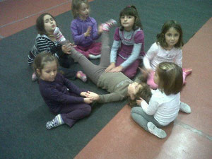 momenti di danza con bambini dal 3 a 5 anni : la relazione, la consapevolezza delle diverse parti del corpo.
