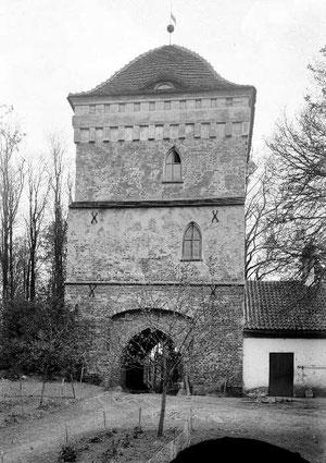 Надвратная башня вид со двора до 1945 г. век.
