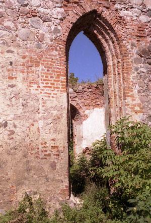 слева от окна видна заложенная оконная ниша.