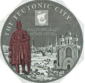 Монета номиналом 5 доларов = 2,65 евро. Серебрянная с использованием меди, размер 38,6 мм.  Тираж 1000 шт. На фоне тевтонского города, слева из меди выполнен основатель города чешский король Отакар II (ОттокарII), справа собор, по центру вверху герб .
