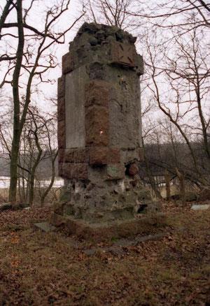 остатки разрушенного после войны памятника 1 Мировой войны