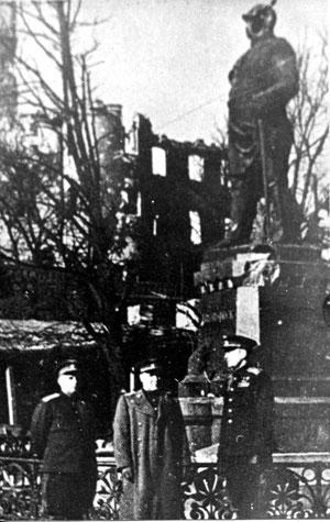 1945 г май  генералы у памятника Бисмарка