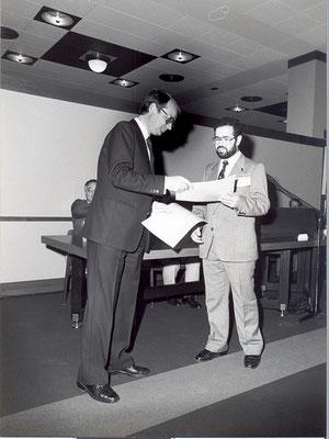 Dr. Frank Paetzold überreicht den Förderpreis an Dipl.-Ing. Adnan Wahhoud
