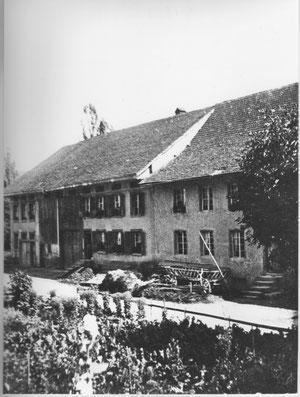 """Ein Leiterwagen steht vor """"s Wagners"""" Haus (Fam. Schmid)."""