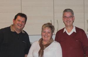Hans Morenweiser, Beatrix Leise-Lesser und Helmut Reitmeir (von links nach rechts) bei der Übergabe der Seniorenbetreuung in Schwifting.