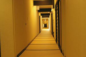 フロントから各部屋へ すべて畳を歩く