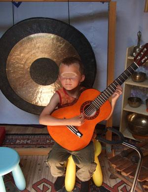 futur guitariste des ateliers d'eveil musical