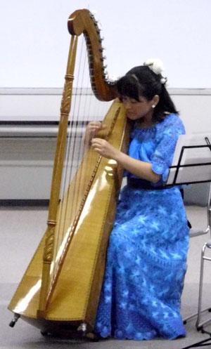 丸田恵都子さんのアルパ(ハープ)演奏