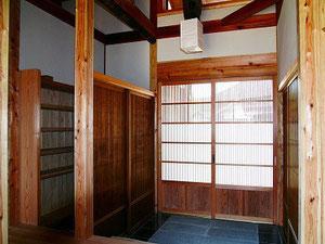 玄関 左側下足収納 右側収納庫