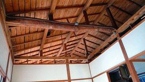 天井板を外し、古材の松梁で一部補強した