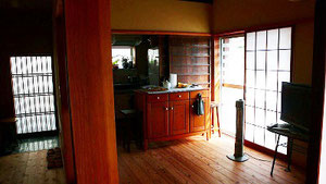 左側玄関 右側リビングよりキッチンを見る