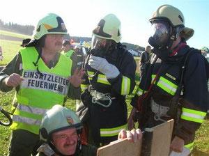 Kdt. Mayr als Einsatzleiter (im Bild sind auch die neuen Atemschutzausrüstungen zu erkennen)