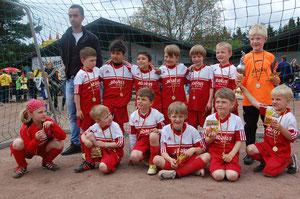 Links oben: Trainer Michalarias, Leon, Iliyas, Yassin, Can, Philip, Nils, Leo. Links unten: Pauline, Paul, Max, Niklas, Jonas, Philipp