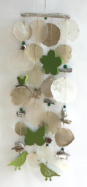 Windspiel mit Treibholz und Vögeln