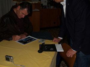 ...mentre cortesemente mi autografa il diploma e la qsl della ISS!
