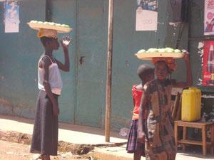 果物などを売り歩く子ども達が町中に見られます。