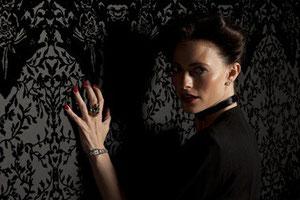 """Lara Pulver dans """"Sherlock"""" de la BBC"""