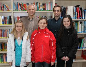 Reihenfolge v.l.  Susanne Krause (6b), Realschulrektor Thomas Weniger, Maja Rudolf (6a), Deutschlehrer Sebastian Lutz, Jule Geißler (6c)