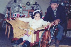 Gabriel Petey, junto a su nieta