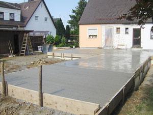 Betonierte Bodenplatte, Terrassenbereich rau im Gefälle Abgezogen für die Verlegung von Naturstein