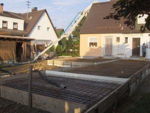 Vorbereitung zur Betonage mittels Betonschlauchpumpe. Fundament und Bodenplatte in einmen Guss aufgrund der beengten Verhältnisse.