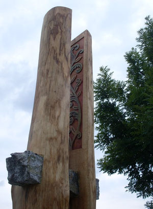 Aufgesägter Eichenstamm mit Granit eingefasst, Höhe ca.2,60m