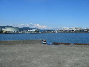 左隅が東亜燃料のタンクです。車を置いて釣りができます。