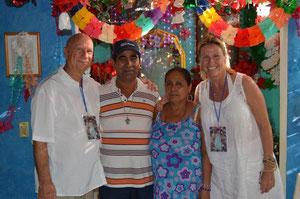 De gauche à droite:  Swamiji , le guérisseur Abel, sa femme et Brigitte (Jyotishananda) lors d'un séminaire de guérison à Acapulco, Mexique