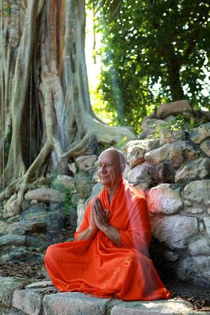 Méditation dans les ruines Mayas, Swamiji photographié par Brigitte