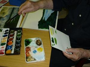 Herr Kahlert beim anmischen des richtigen Farbtons