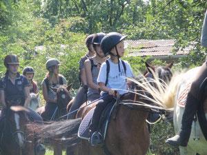 Arrivée de rando equestre au gîte du cheval de renfort de Ohis.