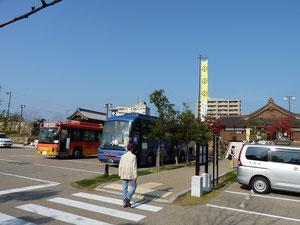 トイレ付大型バス(青色のバス)で快適な旅行・・・、岐阜公園に着きました・・・