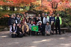 紅葉の岐阜公園で、記念写真、モミジがきれい・・・