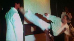 2011年友人の披露宴で新郎のくわえたたばこを後ろ回し蹴りで払い飛ばしてます。
