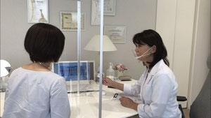 患者様と女性ドクターだけの診療室での診療風景です。