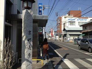 屋根付石柱街路灯