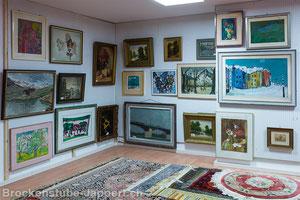 Bilder und Teppiche im Untergeschoss Brockenstube Jappert