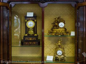 Uhrenvitrine im Erdgeschoss Brockenstube Jappert