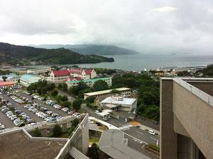 国立長崎医療センター病室からの大村湾、眼下にヘリポート