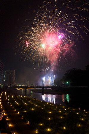 本明川の花火と川面に浮かぶ万灯