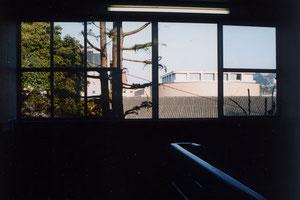八幡図書館の閲覧室へ向かう階段