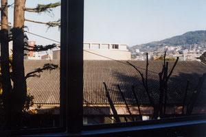 図書館の窓から見えるスタジオの屋根