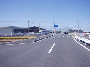 22号線から向かって赤池居道交差点ここを左折     (写真左手ミニストップ裏側)